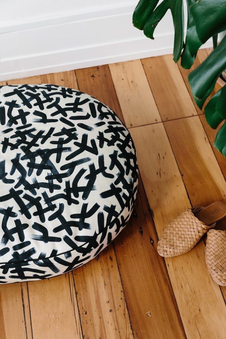 Nice-Digs-Brushstrokes-Dog-Bed_02